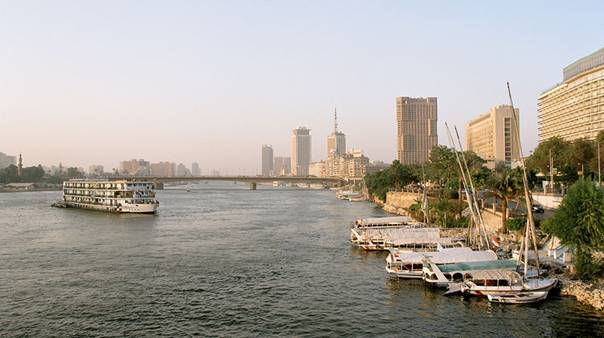 Grafika:Cairo, Nile, a view from Tahrir Bridge towards North, Egypt, Oct 2004.jpg