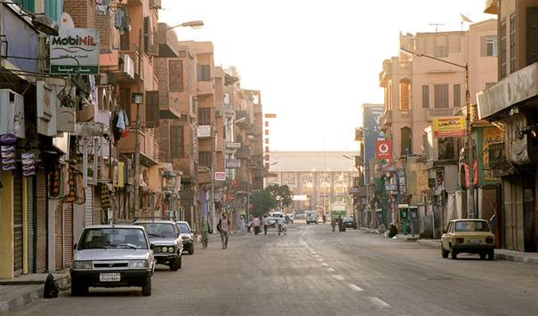 Grafika:Luxor, Sharia Mahattat, Egypt, Oct 2004.jpg